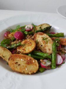 Recept: Pečen krompirček z redkvicami in beluši v lečini solati z gorčičnim prelivom
