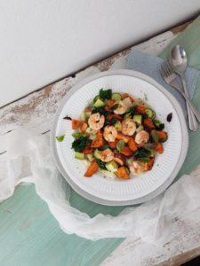 Recept: Gamberi s sladkim krompirjem, koromačem, bučkami in avokadom